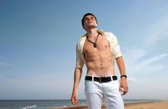 Un hombre joven en pantalones vaqueros y una camisa Imagen de archivo