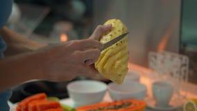 Un hombre joven en una cocina que prepara el desayuno con las frutas tropicales frescas para su familia metrajes