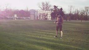 Un hombre joven encontró llaves en el parque El individuo encontró en la hierba que algunas llaves perdieron por alguien Un hombr almacen de metraje de vídeo