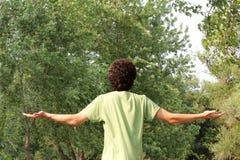 Un hombre joven espiritual adora Foto de archivo libre de regalías
