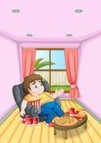 Un hombre joven gordo delante de una tabla por completo de comidas Imagen de archivo