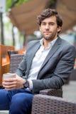 Un hombre joven hermoso en la terraza Fotografía de archivo libre de regalías