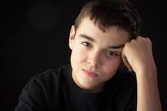 Un hombre joven mira fijamente el espectador Fotografía de archivo libre de regalías