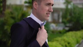 Un hombre joven pone en la chaqueta negra metrajes