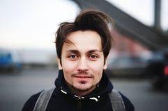 Un hombre joven que se coloca en el puente en la primavera Imagenes de archivo