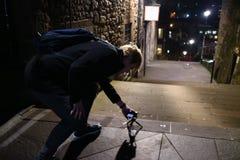 Un hombre joven que toma las fotos en las calles de Edimburgo en la noche Fotografía de archivo libre de regalías