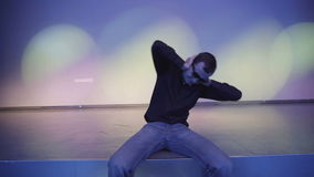 Un hombre joven se cierra los oídos con sus manos en un club nocturno, no como esta música metrajes