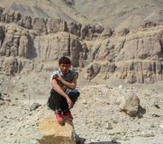 Un hombre joven se coloca en la montaña imagen de archivo