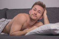Un hombre joven solamente, acaba de despertar Fotos de archivo