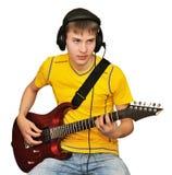 Un hombre joven toca la guitarra eléctrica Imagenes de archivo