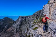 Un hombre joven y un caminante que caminan en la montaña Ciudad del Cabo de la tabla fotos de archivo