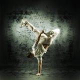 Un hombre joven y deportivo que hace una actitud de la danza moderna Imagenes de archivo