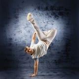Un hombre joven y deportivo que hace una actitud de la danza moderna Foto de archivo libre de regalías