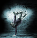 Un hombre joven y deportivo que hace una actitud de la danza moderna Fotografía de archivo libre de regalías