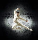 Un hombre joven y deportivo que hace una actitud de la danza moderna Foto de archivo