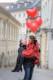 Un hombre joven y una mujer joven con los accesorios rojos a Foto de archivo libre de regalías