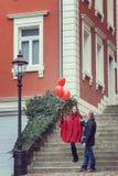Un hombre joven y una mujer joven con los accesorios rojos Fotografía de archivo libre de regalías