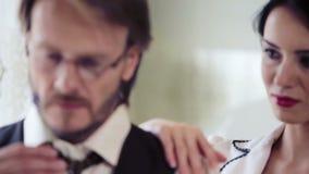 Un hombre joven y una mujer joven en un día de fiesta Lavanda el oler del hombre caucásico, joven, es conveniente a una mujer her metrajes