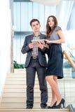 Un hombre joven y una mujer joven que se colocan en las escaleras Fotografía de archivo libre de regalías
