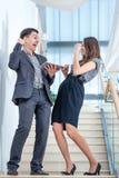 Un hombre joven y una mujer joven que se colocan en las escaleras Foto de archivo