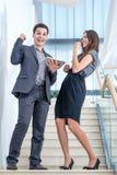 Un hombre joven y una mujer joven que se colocan en las escaleras Imagen de archivo