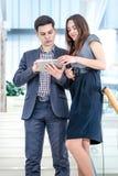 Un hombre joven y una mujer joven que se colocan en las escaleras Imagenes de archivo