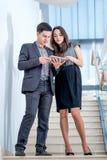 Un hombre joven y una mujer joven que se colocan en las escaleras Fotografía de archivo