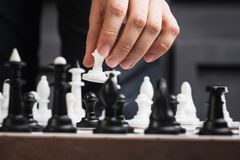 un hombre juega a ajedrez imagen de archivo libre de regalías