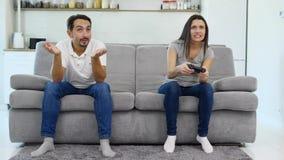 Un hombre juega en un juego con su esposa almacen de metraje de vídeo