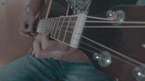 Un hombre juega un solo en una guitarra acústica almacen de video