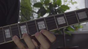 Un hombre juega un solo en una guitarra eléctrica almacen de video