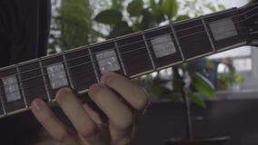 Un hombre juega un solo en una guitarra eléctrica almacen de metraje de vídeo
