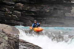 Un hombre kayaking en el río noruego fotos de archivo libres de regalías