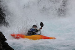 Un hombre kayaking en el río noruego imagen de archivo libre de regalías