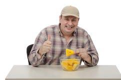 Un hombre le gusta una sandía amarilla Fotografía de archivo