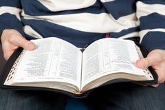 Un hombre lee la biblia Foto de archivo