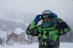 Un hombre lleva una máscara de esquí esquiador de la reconstrucción en las montañas fotografía de archivo libre de regalías
