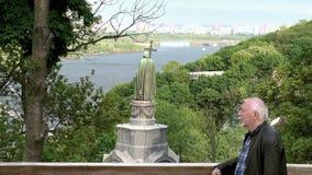 Un hombre mayor admira el paisaje de la primavera en la colina de Vladimir metrajes