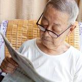 Un hombre mayor está leyendo Foto de archivo libre de regalías
