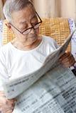 Un hombre mayor está leyendo Imágenes de archivo libres de regalías