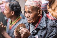 Un hombre mayor que participa en una procesión ceremonial Imagenes de archivo