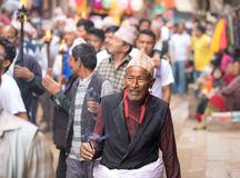 Un hombre mayor que participa en una procesión ceremonial Imágenes de archivo libres de regalías