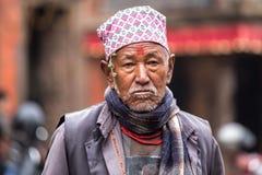 Un hombre mayor que participa en una procesión ceremonial Imagen de archivo