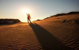 Un hombre mira el sol por la tarde Fotografía de archivo libre de regalías
