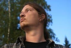 Un hombre, mirando en la distancia Fotografía de archivo