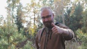 Un hombre muestra una mano similar almacen de video