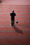 Un hombre musulmán que ruega Foto de archivo