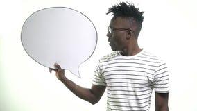 Un hombre negro en vidrios del inconformista dice en una nube del diálogo almacen de metraje de vídeo