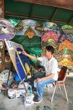 Un hombre no identificado hace el paraguas de papel Imágenes de archivo libres de regalías