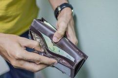 Un hombre no tener bastante dinero en su cartera Imagen de archivo libre de regalías